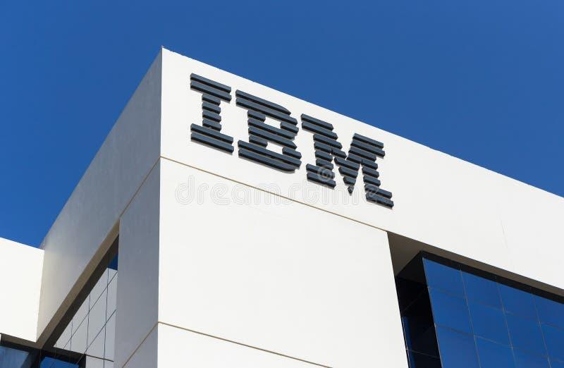 Signe d'IBM sur l'immeuble de bureaux à Dubaï photos stock