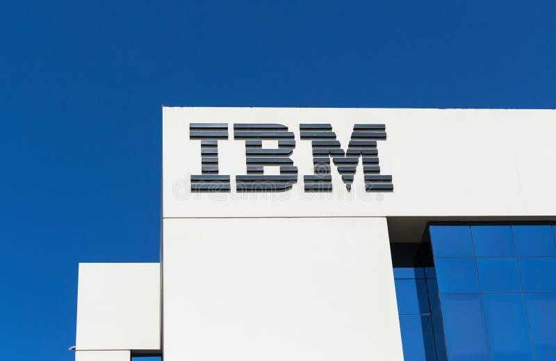 Signe d'IBM sur l'immeuble de bureaux à Dubaï photos libres de droits
