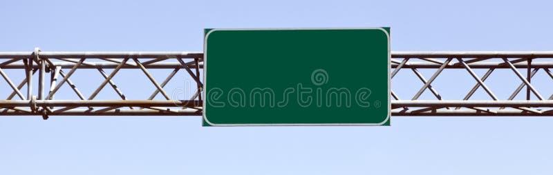 Signe d'un état à un autre vert vide attaché à l'appui en acier aérien photographie stock