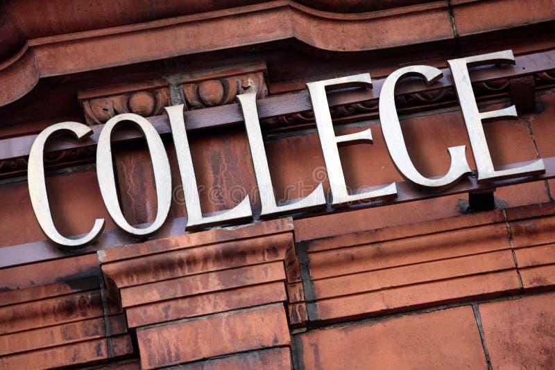 Signe d'université, bâtiment, entrée de campus images libres de droits