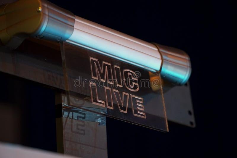 Signe-dans la MIC pour enregistrer la TV vivante et les émissions de radio dans les coulisses, la vie secrète, yeux et être tranq photos stock