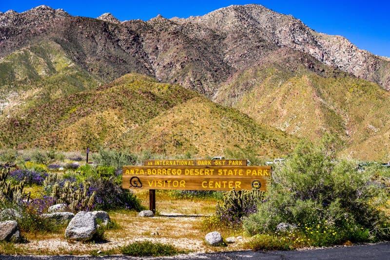 Signe de centre de visiteur de parc d'état de désert d'Anza-Borrego entouré par des wildflowers pendant un superbloom de ressort, photo stock