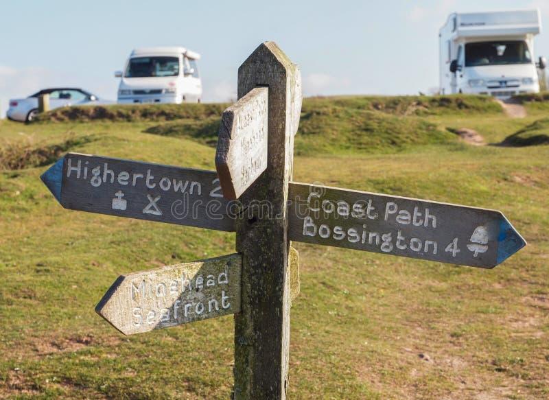 Signe de chemin de côte et parc de camping photographie stock