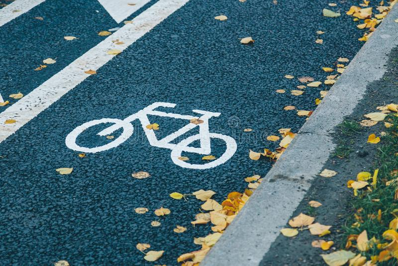 Signe de chemin de vélo sur l'asphalte photographie stock