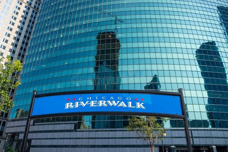 Signe de Chicago Riverwalk à la sortie/à entrée sur la commande de Wacker photos stock