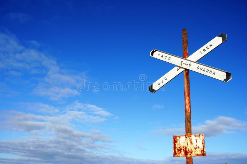 Signe de ciel et de train images stock