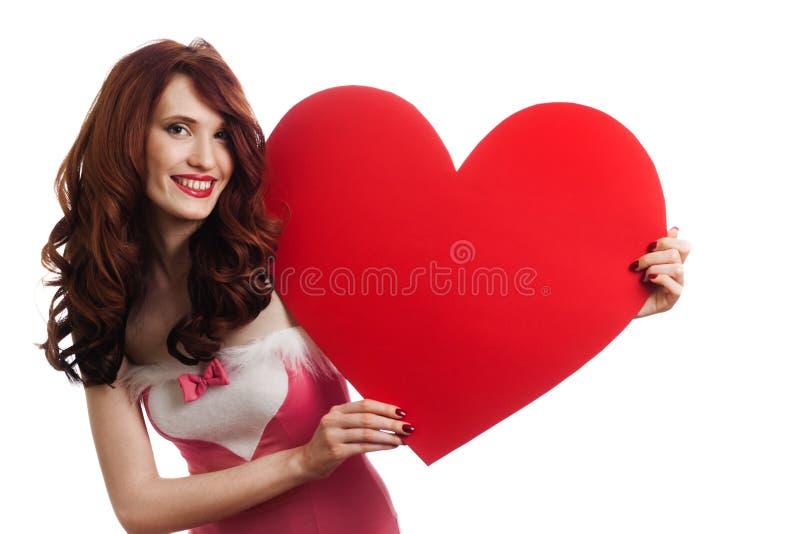 Signe de coeur de jour de Valentines de fixation de femme photo stock