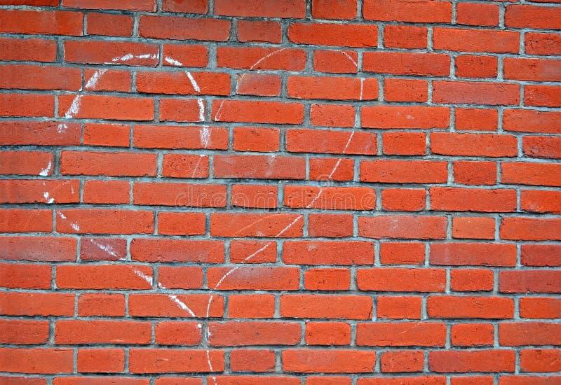 Signe de coeur dessiné par la craie blanche sur le mur de briques rouge, environnement d, photo libre de droits
