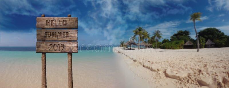 Signe de conseil en bois d'été avec le texte, bonjour été 2019 chez beau Sandy Beach photos stock