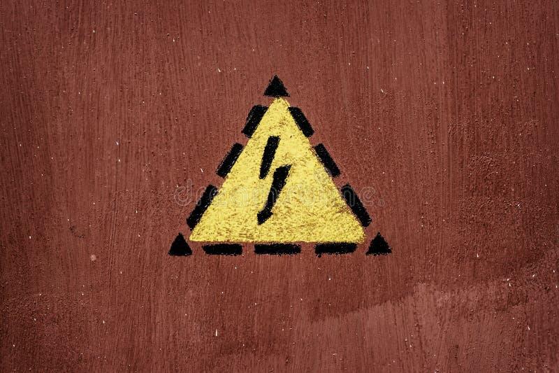 Signe de décharge électrique peint sur la trappe photographie stock libre de droits