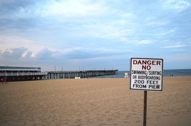 Signe de danger à la plage images stock