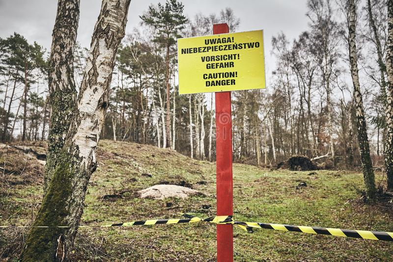 Signe de danger de précaution situé dans une forêt photographie stock