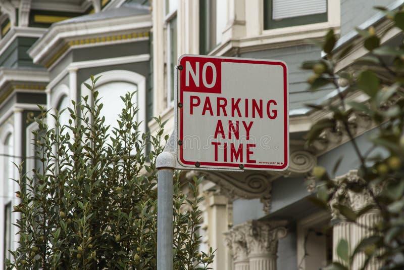 Signe de diriger des personnes à la bonne section ou stationnement interdit à tout moment images stock