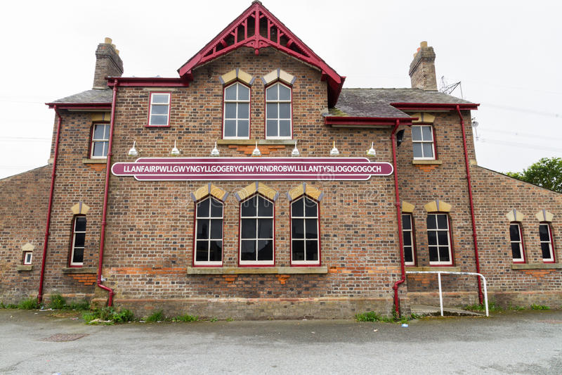 Signe de gare ferroviaire de Llanfairpwllgwyngyll photographie stock libre de droits