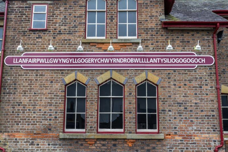Signe de gare ferroviaire de Llanfairpwllgwyngyll photographie stock