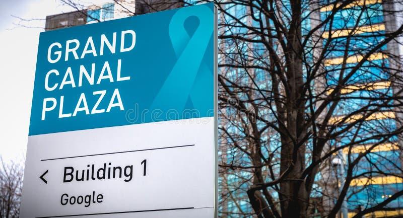 Signe de Google du bâtiment de plaza de Grand Canal 1 devant les sièges sociaux irlandais des affaires internationales Google image libre de droits