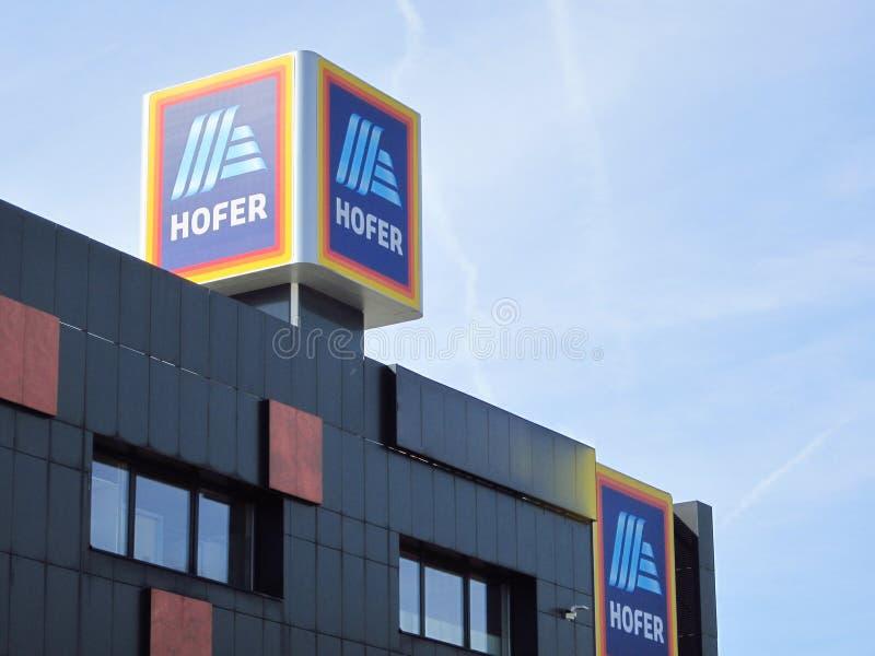 Signe de Hofer contre le ciel bleu Soci?t? m?re d'Aldi images stock
