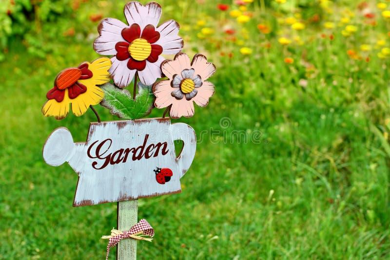 Signe de jardin, message sur une boîte d'arrosage en bois photo stock