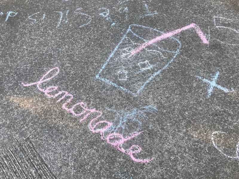 Signe de limonade peint avec la craie au sol image libre de droits