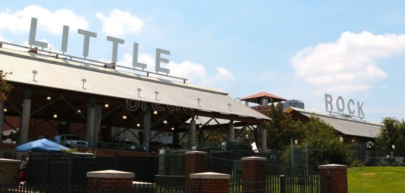 Signe de Little Rock placé sur le bâtiment du marché de rivière image libre de droits