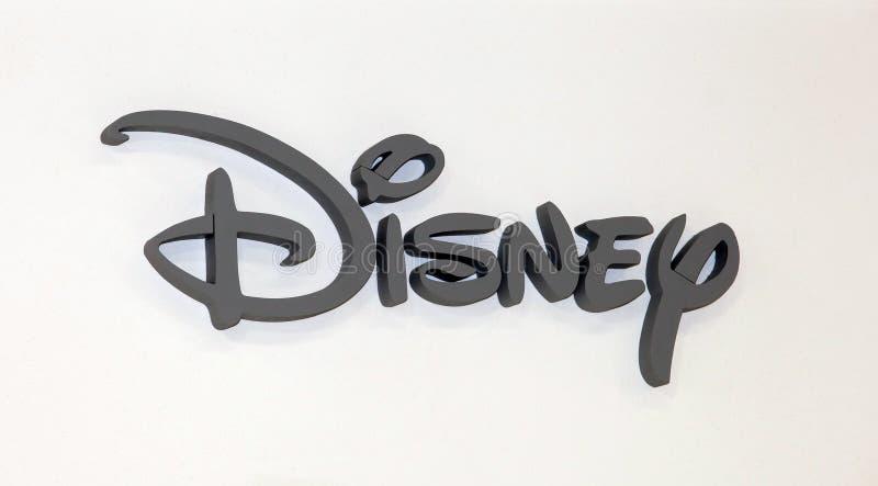 Signe de logo de Disney Company Lettres en plastique grises sur le mur blanc images stock