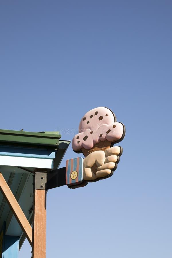 Signe de main tenant le cornet de crème glacée image stock