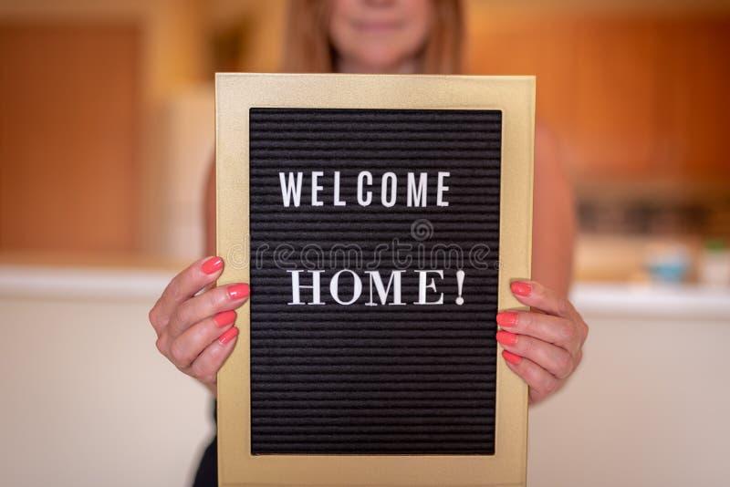 Signe de maison d'accueil de participation de personne photographie stock