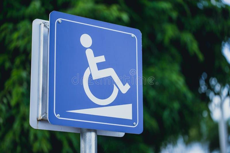 Signe de manière de pente de fauteuil roulant de handicapés photographie stock libre de droits