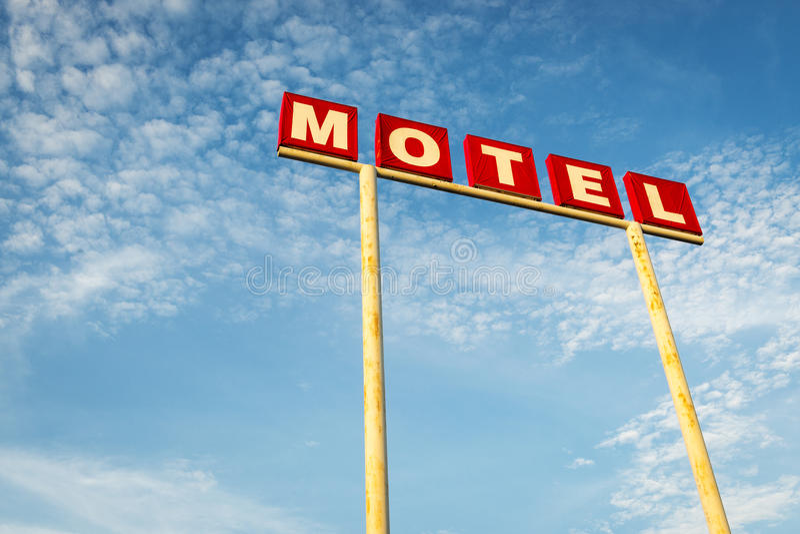 Signe de motel contre un ciel bleu le long de Route 66, Etats-Unis images libres de droits