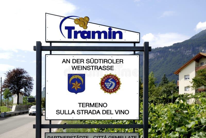Signe de nom de lieu de Tramin au Tyrol du sud illustration libre de droits