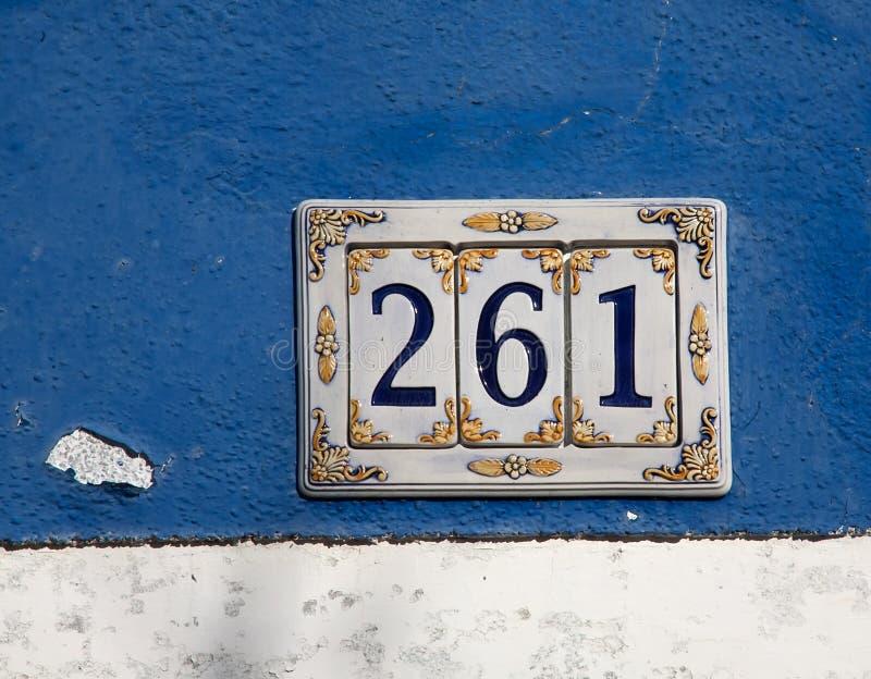 Signe de numéro de maison décoré de céramique photo stock