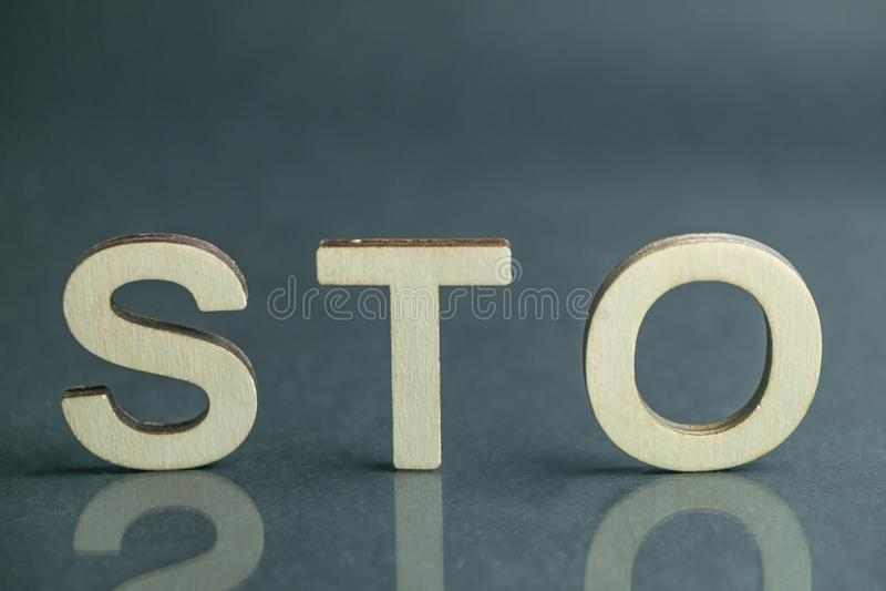 Signe de offre symbolique de la sécurité STO avec les lettres en bois, concept d'Ethereum image libre de droits