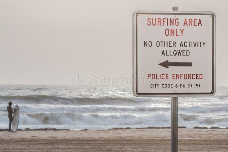 Signe de plage au surfer de Virginia Beach Oceanfront With image stock
