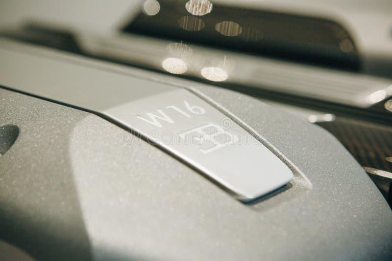 Signe de plan rapproché de Bugatti sur le moteur d'une nouvelle voiture de sport photographie stock