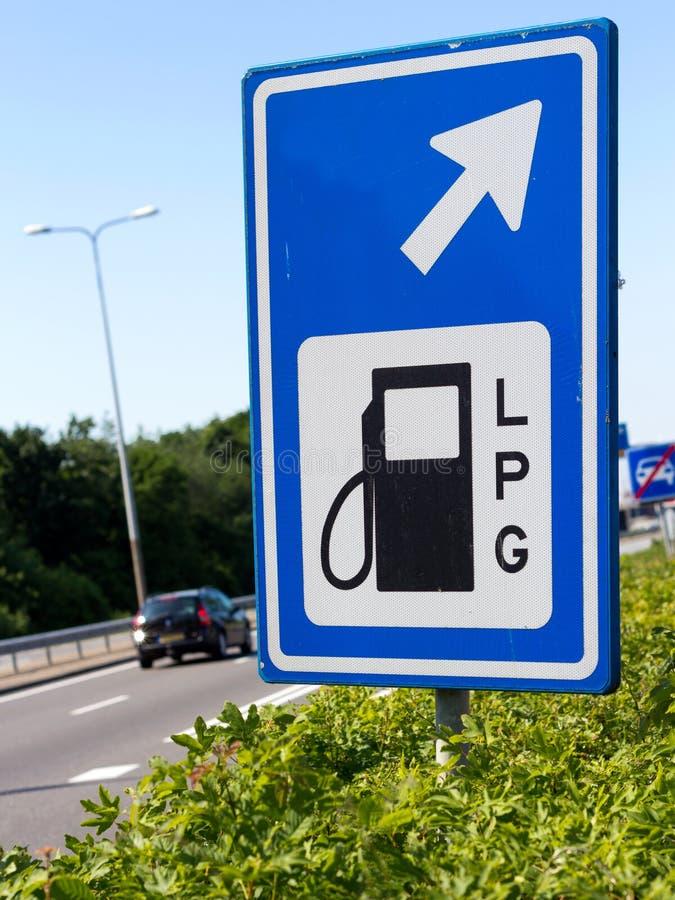 Signe de poste d'essence de LPG le long d'un omnibus images libres de droits