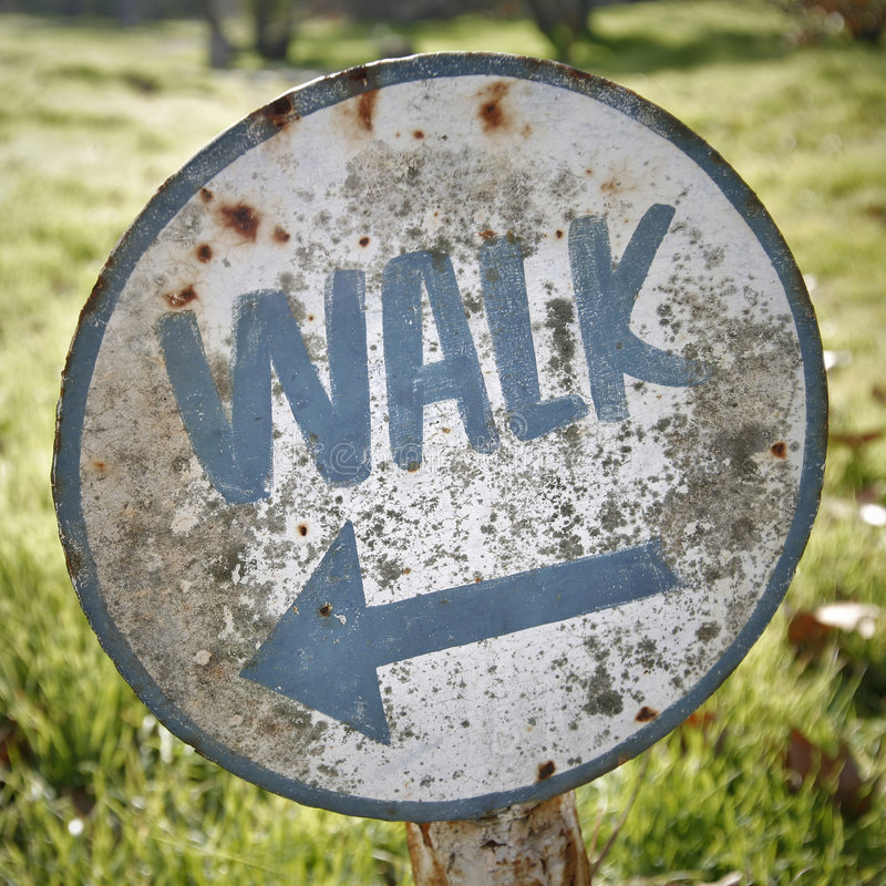 Signe de promenade de cru photographie stock libre de droits