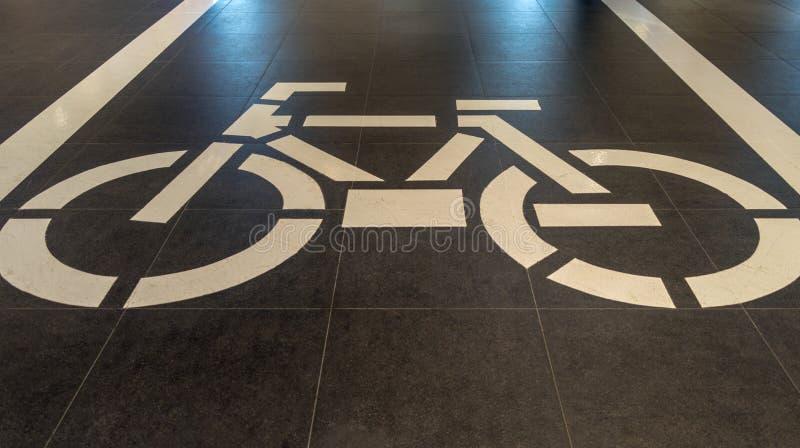 Signe de recyclage, panneau routier de bicyclette photos stock