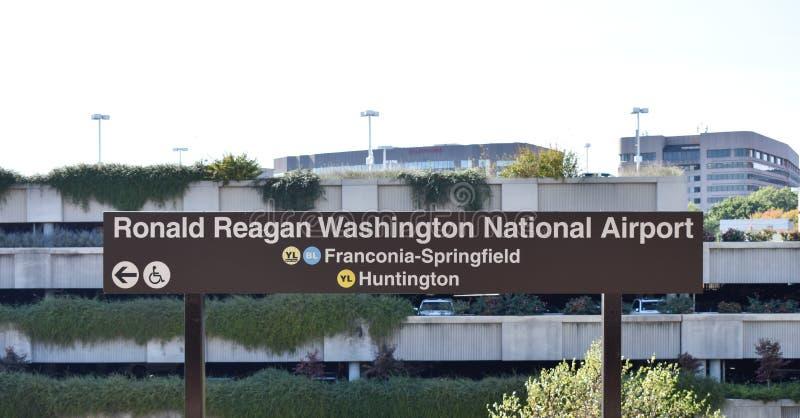 Signe de Ronald Reagan Washington National Airport pour le bl jaune photos stock