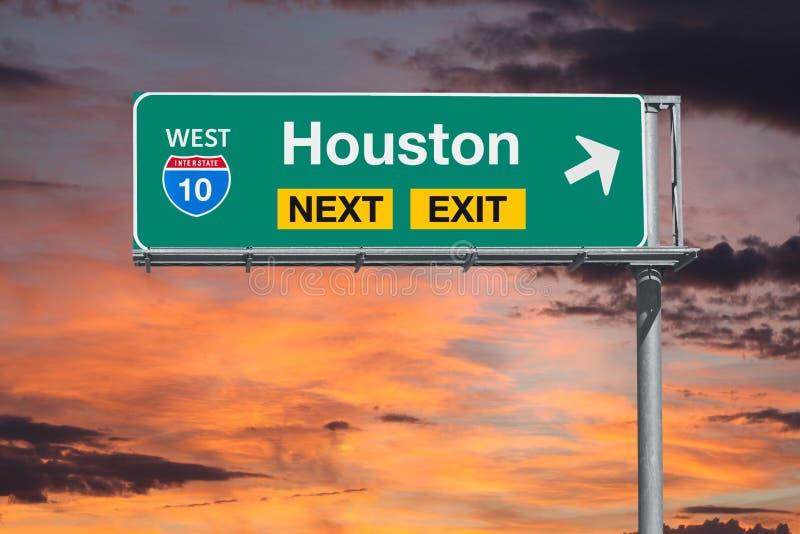 Signe de sortie d'autoroute de Houston Route 10 prochain avec le ciel de coucher du soleil image stock