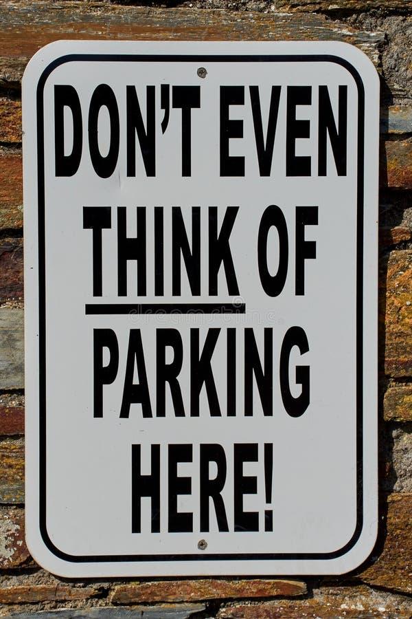 signe de stationnement interdit avec un texte drôle image libre de droits
