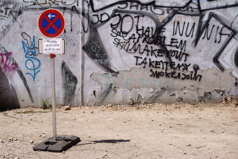 Signe de stationnement interdit devant le chantier de construction griffonné image libre de droits