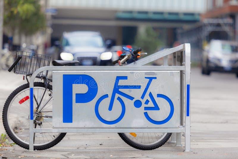 Signe de stationnement de vélo photographie stock