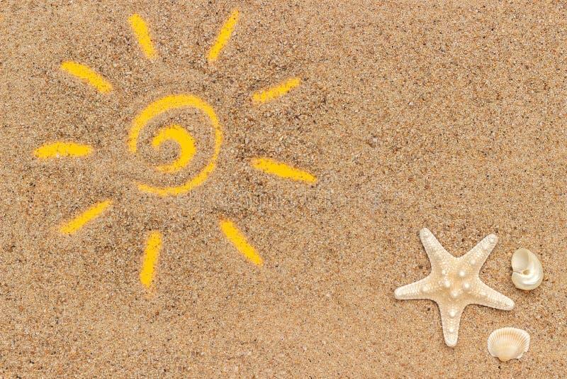 Signe de Sun dessiné sur le sable et le tube blanc de la protection solaire Maquette de calibre pour votre conception Vue supérie images libres de droits