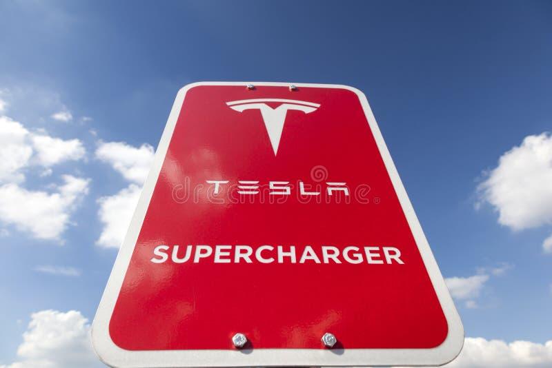 Download Signe De Surchauffeur De Tesla Image stock éditorial - Image du electrical, transport: 77151654