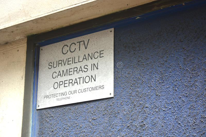 Signe de surveillance de t?l?vision en circuit ferm? Le fr?re observe photo libre de droits