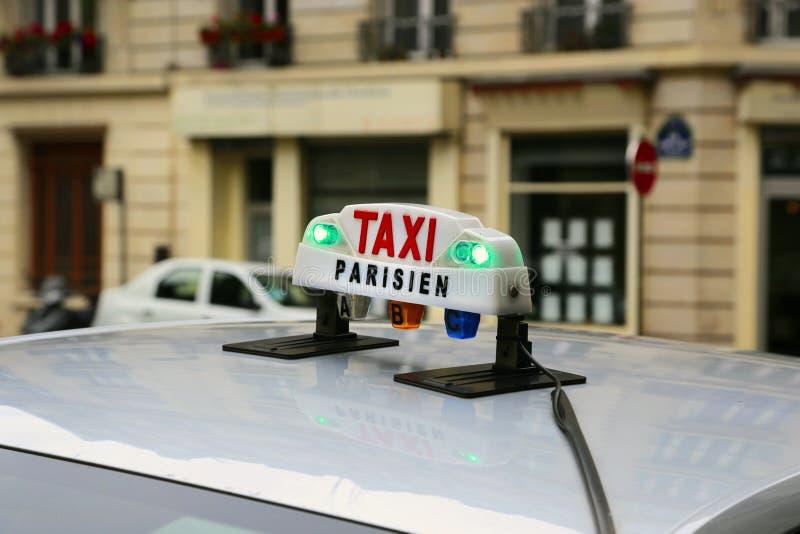 Signe de taxi à Paris photos stock