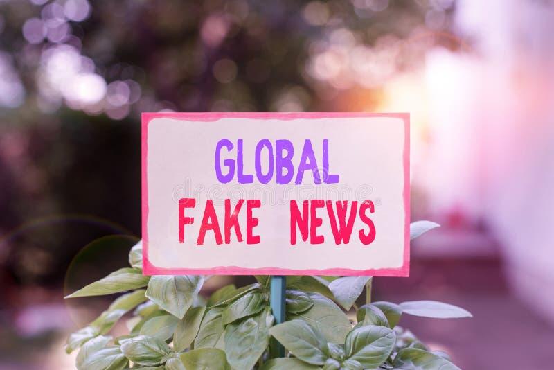 Signe de texte montrant Global Fake News Photo conceptuelle Fausse information Journalisme Mensonges Désinformation Fausse inform images libres de droits