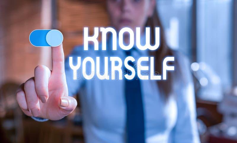 Signe de texte montrant Know Yourself Photo conceptuelle Trouvez vous comprendre la force et les faiblesses Identité Femme floue image libre de droits