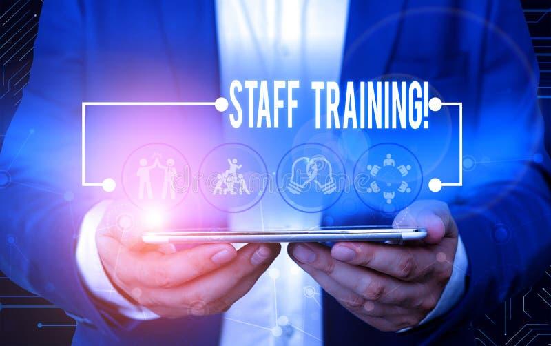 Signe de texte montrant la formation du personnel La photo conceptuelle permet d'apprendre des connaissances spécifiques d'amélio images libres de droits