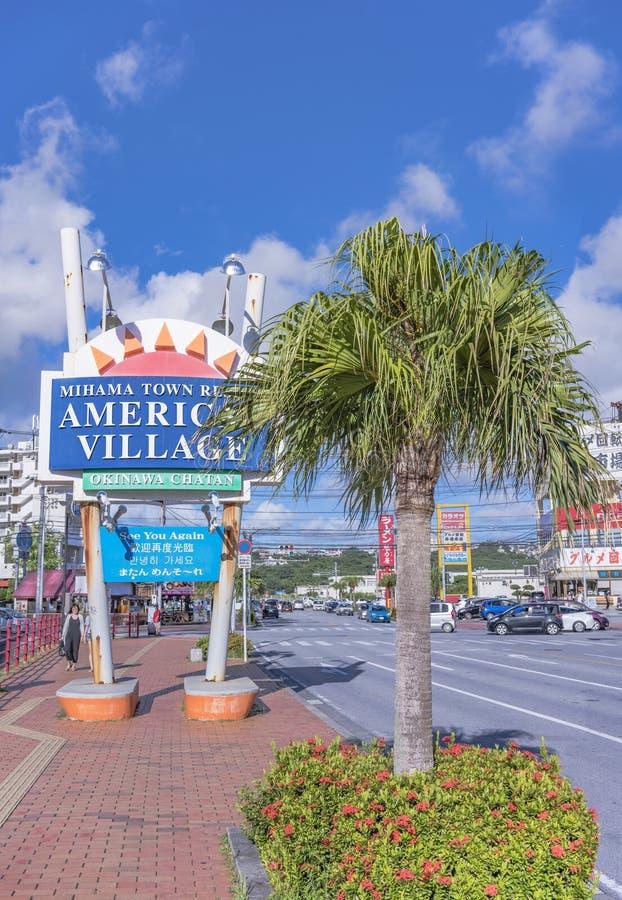 Signe de village américain de station de vacances de ville de Mihama grand situé dans le voisinage de Naha City près de la plage  photos libres de droits